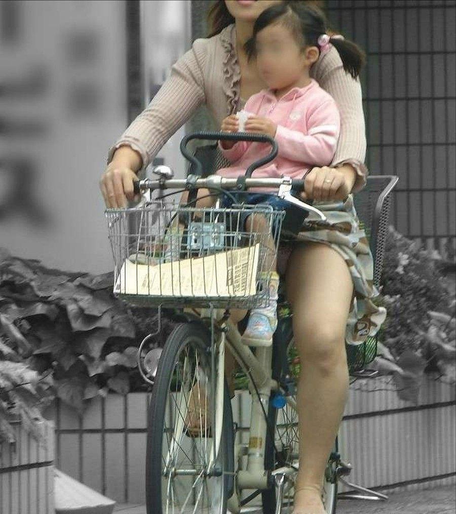 人妻が子供を乗せながらパンチラしてる!