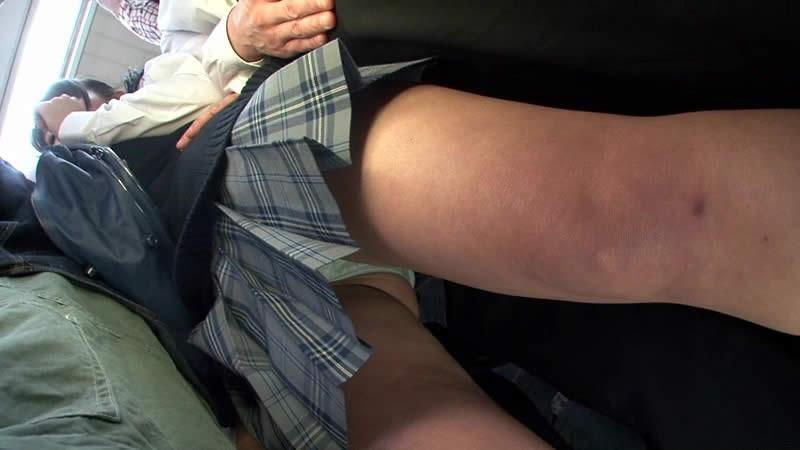 電車内で女子校生の食い込みパンツを逆さ撮り!