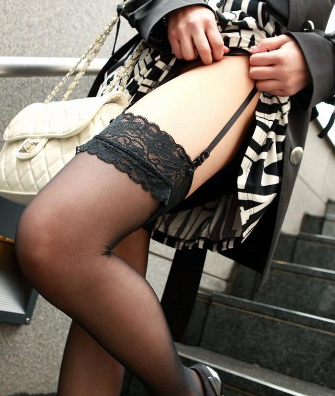 スカートを捲ってガーターベルト見せつけ!