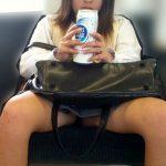 【JKパンチラ盗撮エロ画像】電車の座席に座りながらパンツが見えてる女子校生を発見…制服スカート内はやっぱエッチだな!