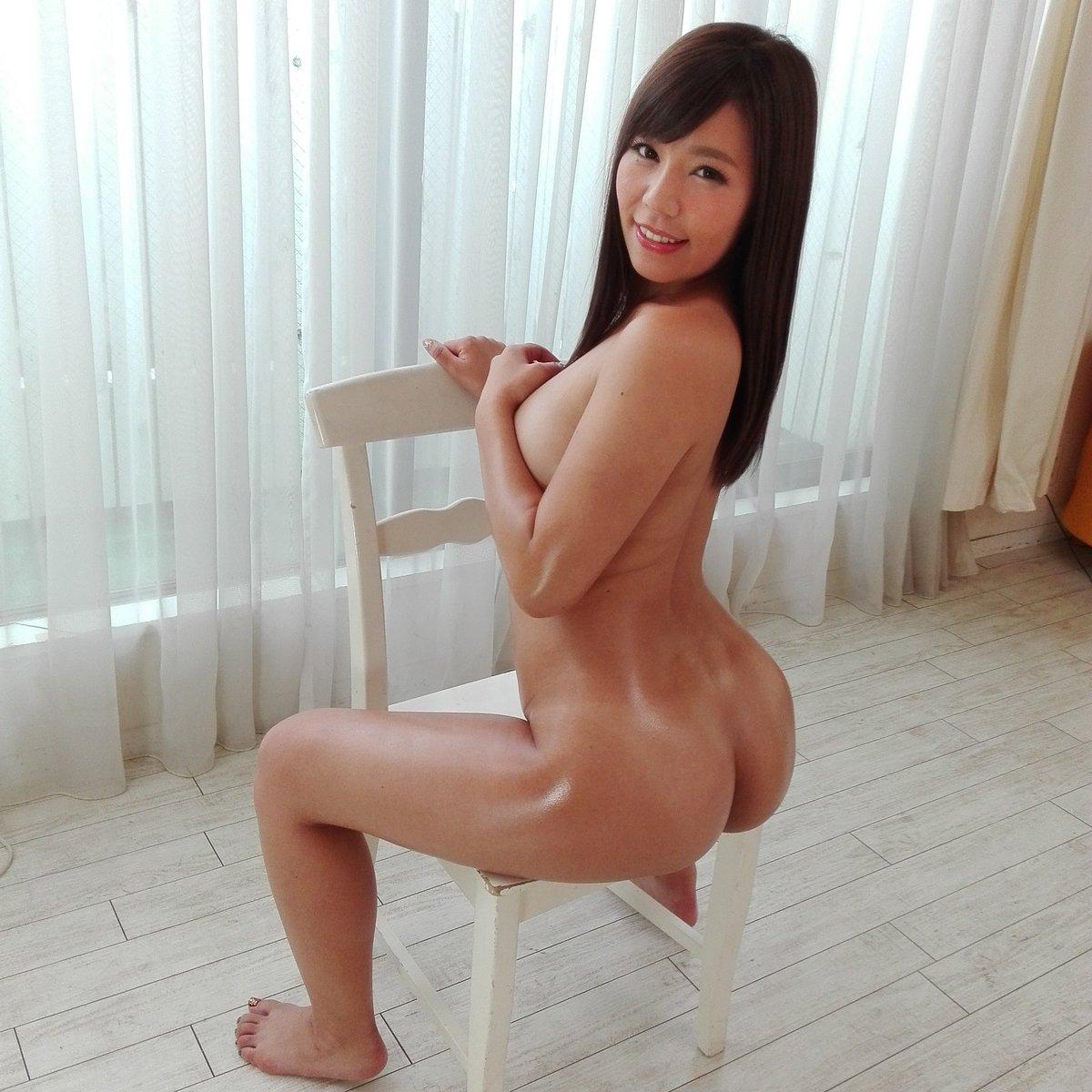 椅子に座って神尻をアピールしてる!