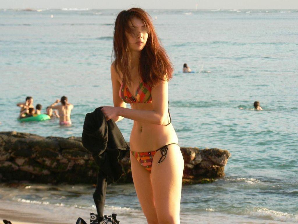 細身体型のお姉さんの水着姿をパシャリ!