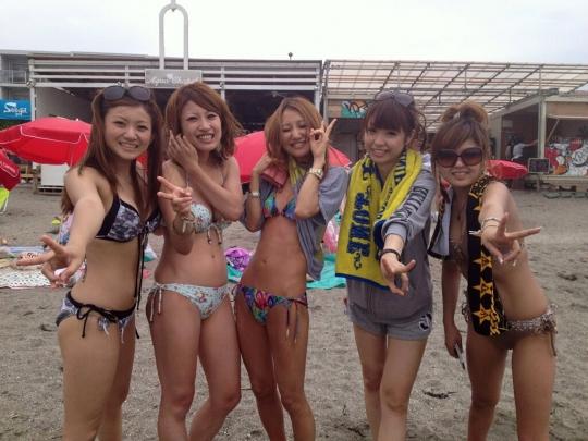 可愛いギャル達がビーチで記念撮影!