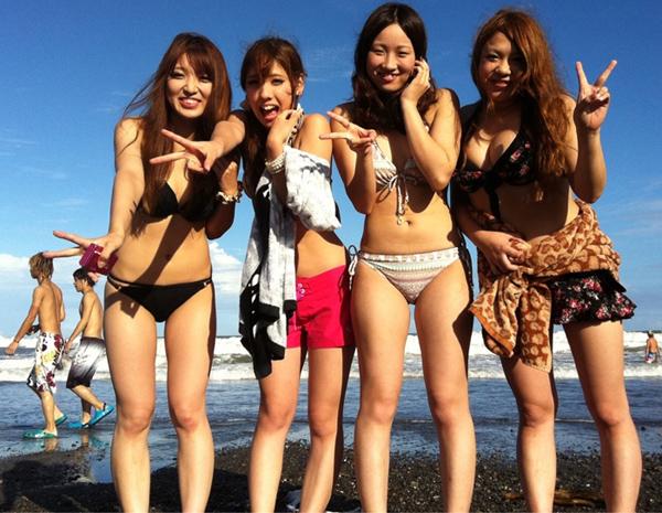 ビキニ水着の素人達が海水浴を満喫!