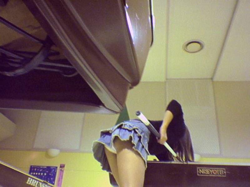 ローアングルから女性のパンツを狙ってる!