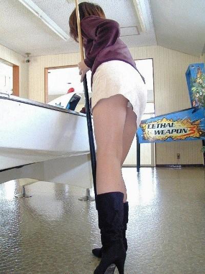 ミニスカートからチラッと見える下着!