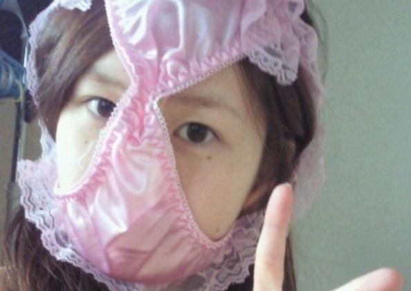 女の子がピンク色の下着を被り記念撮影!
