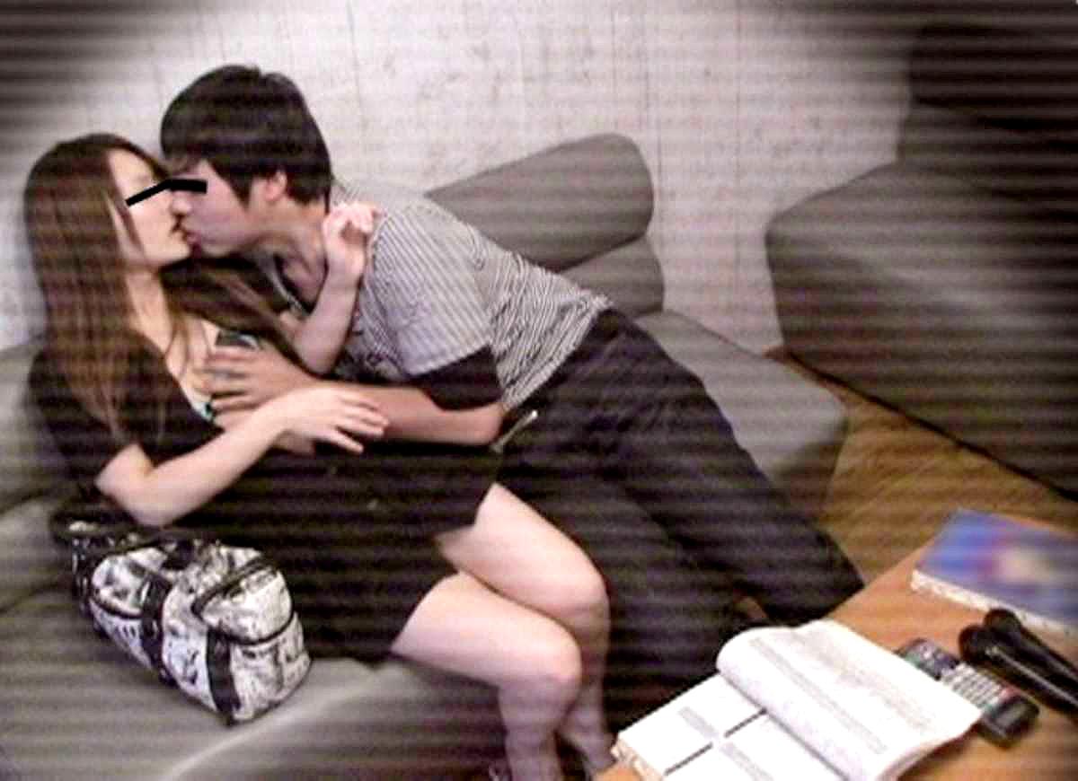 彼女の胸を触りながら濃厚キスしてる!