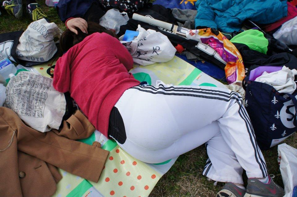 疲れて寝ている女の子のパン線を盗撮!