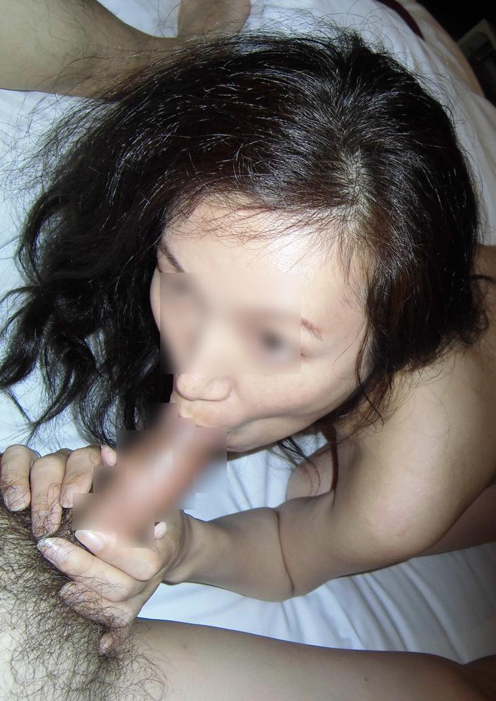 素人熟女が勃起チンポに吸い付いてる!