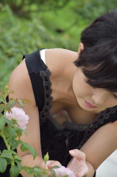 花を見つめてるお姉さんの胸チラ盗撮!