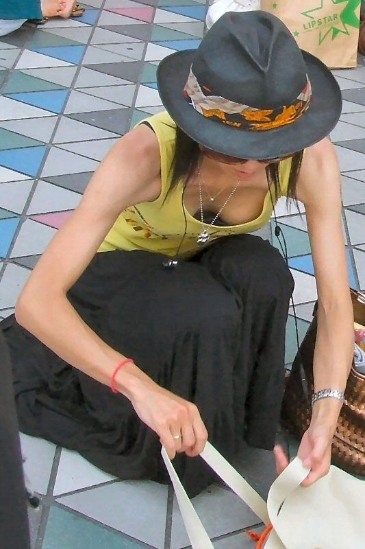 ホット帽を被ったギャルの胸チラ隠し撮り!