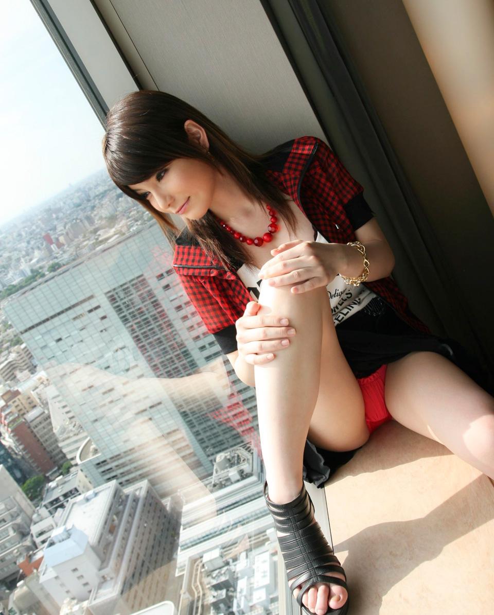 ホテルの窓際に座って赤色パンツを見せる!