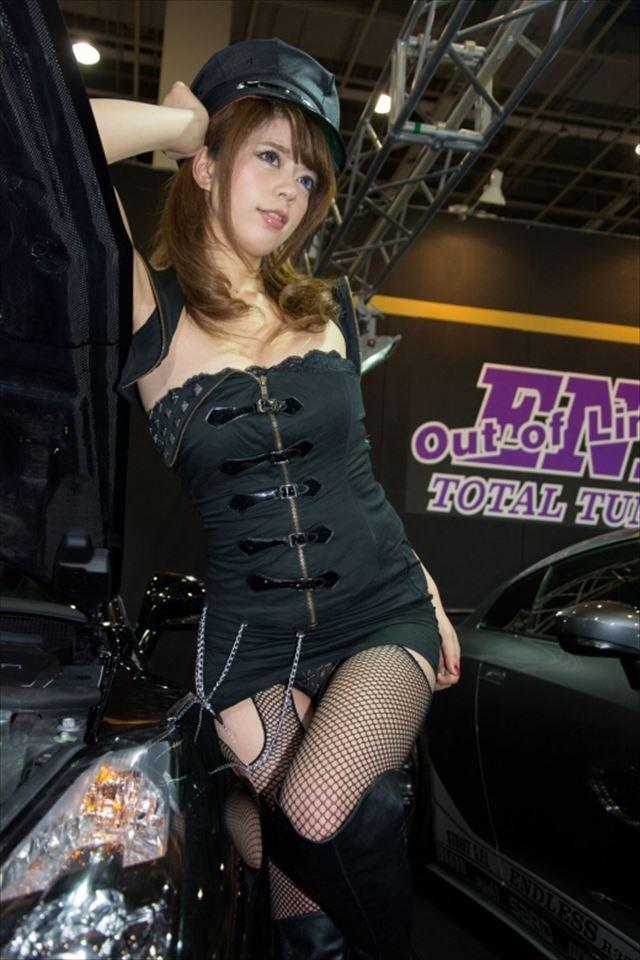 美人キャンギャルの黒色パンツがセクシー!