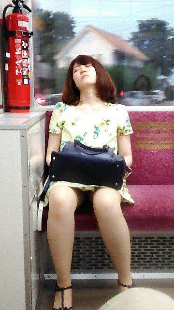 居眠りしてる女性は簡単に盗撮できる!