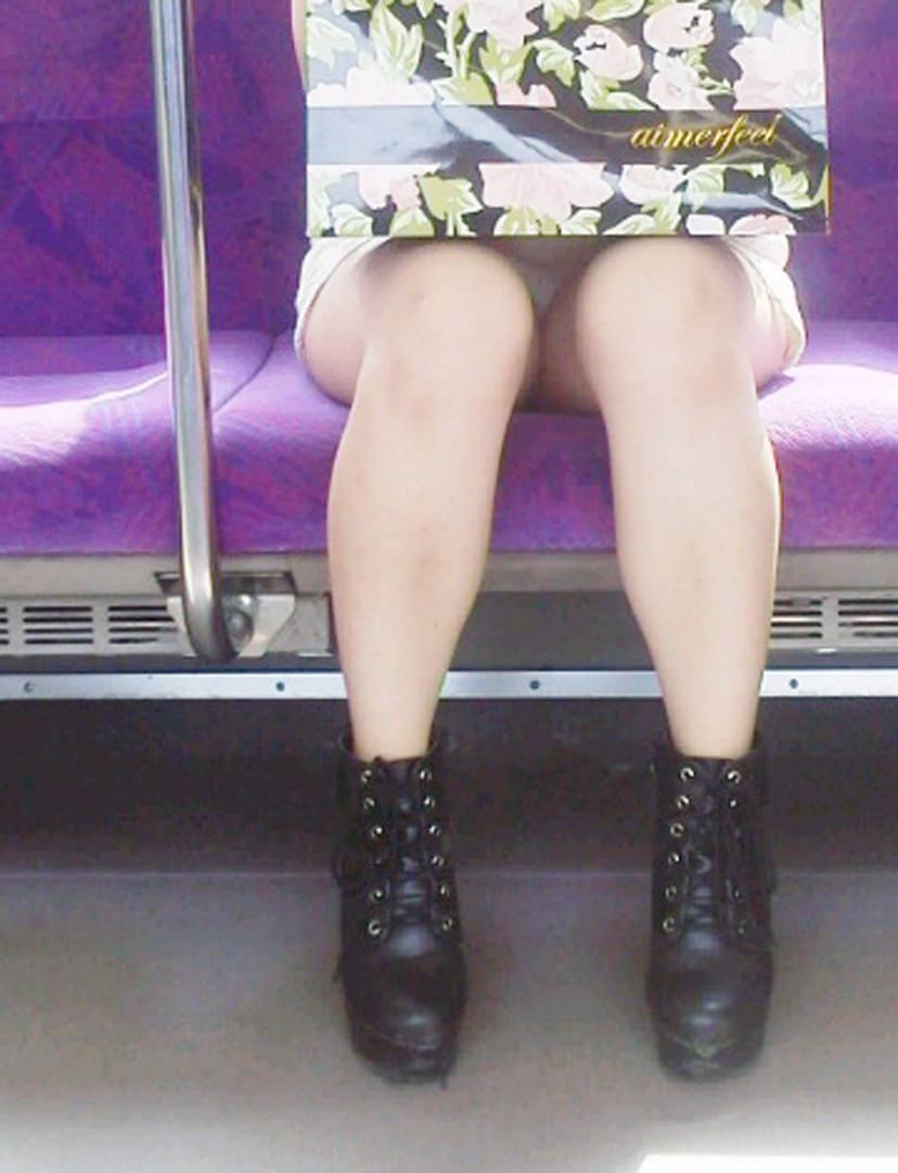 荷物で隠してるつもりでもパンツは見えてる!
