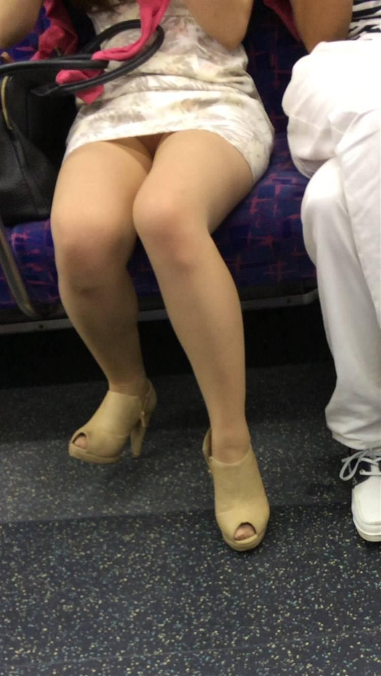 ミニスカワンピース女性のパンチラ盗撮!