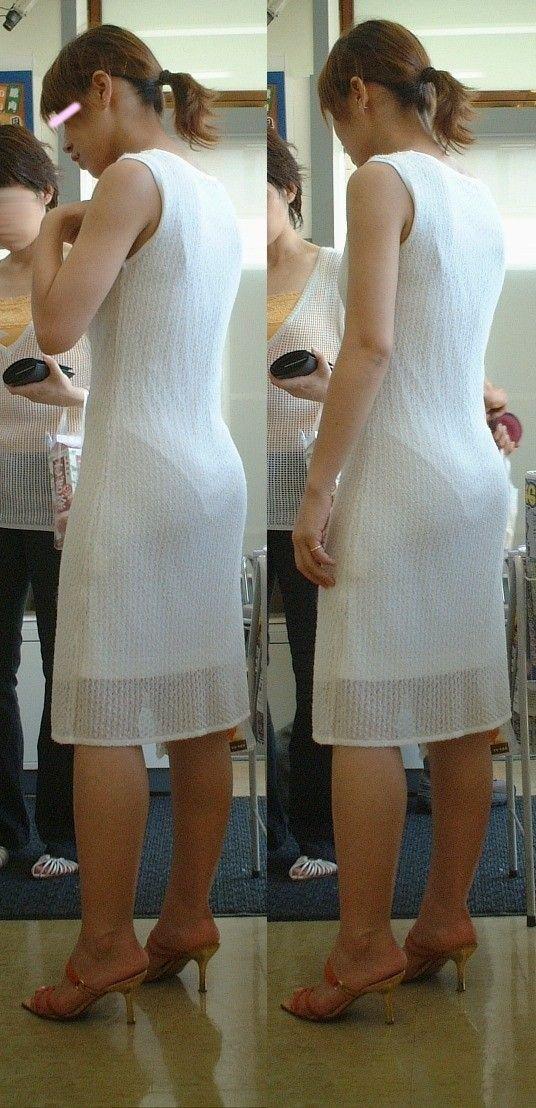 白のノースリーブ衣装からパンツが透けてる!