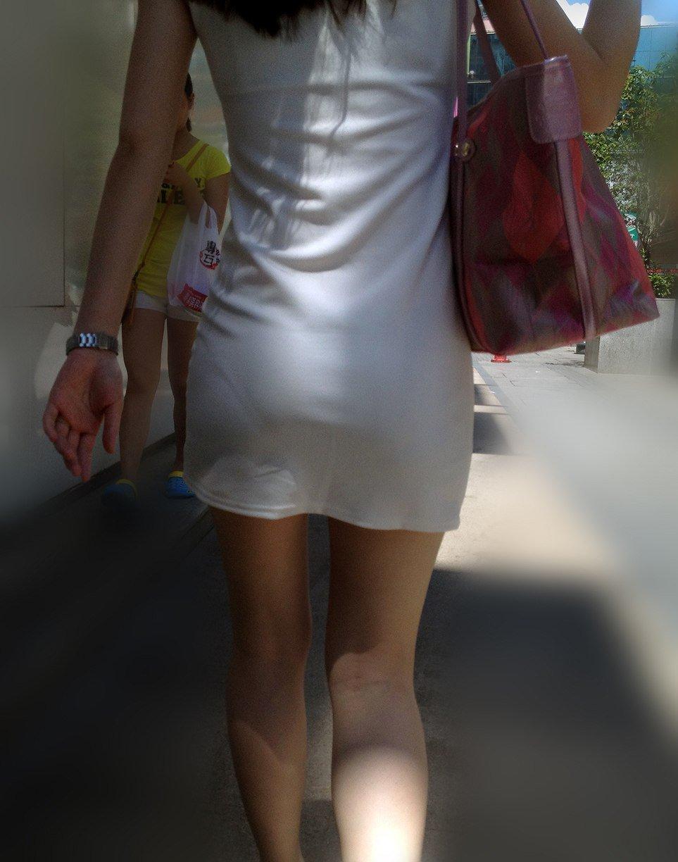 透けやすい白スカートで透けパンしてる!