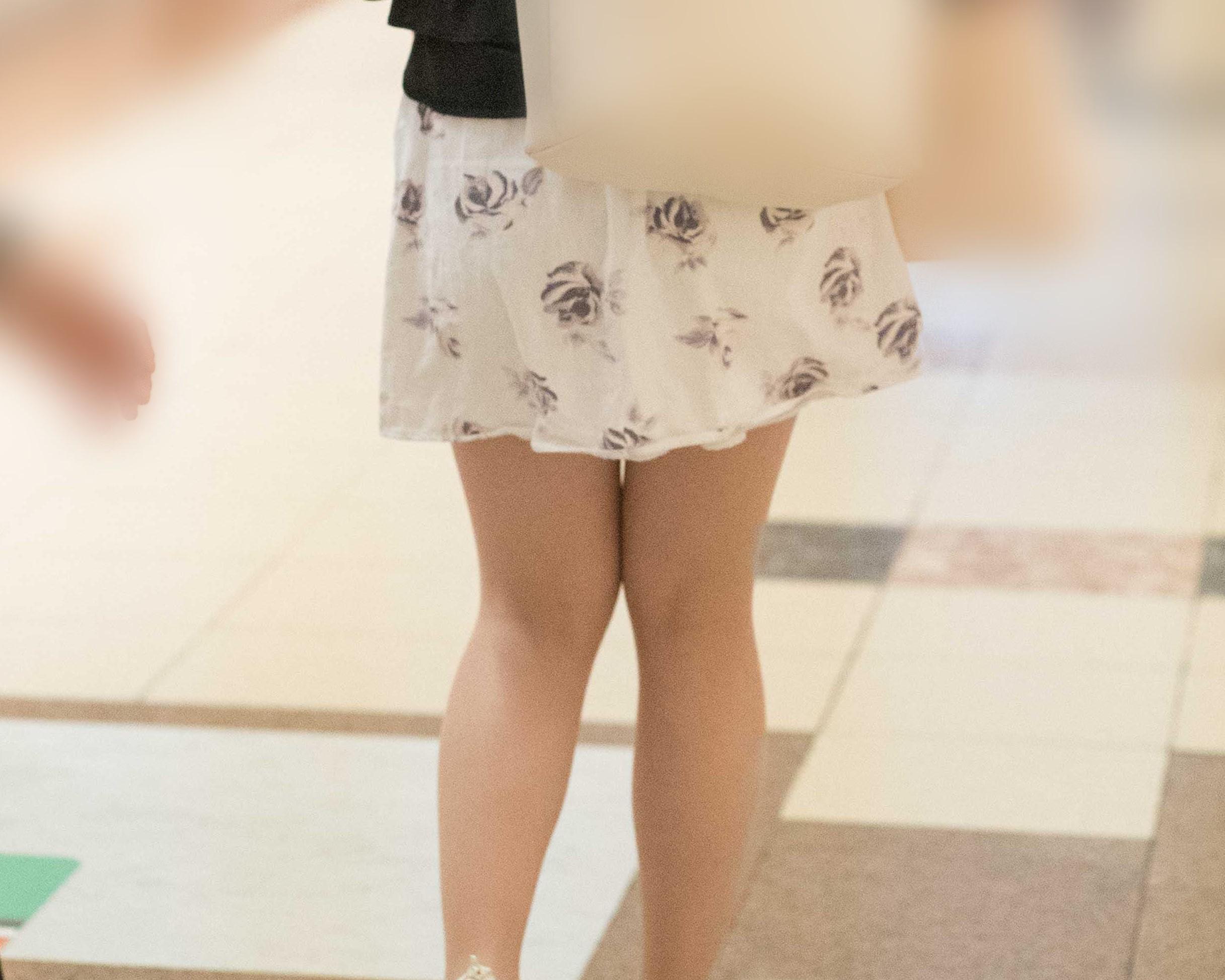 ふわふわミニスカのお姉さんの生足を接写撮影!