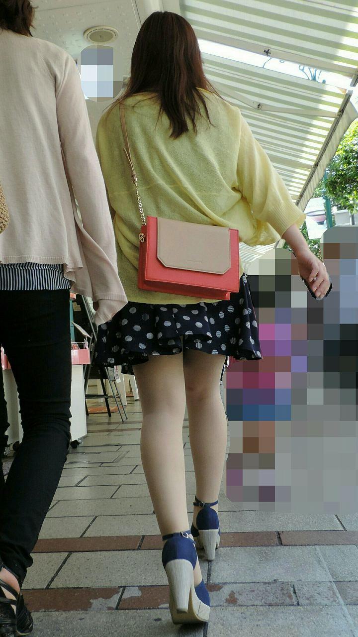 街中でミニスカ女子の生足を観察する!