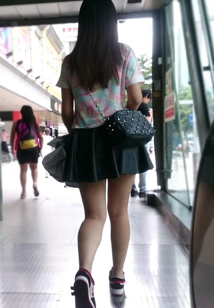 ミニスカートでエロい生足を披露する素人!