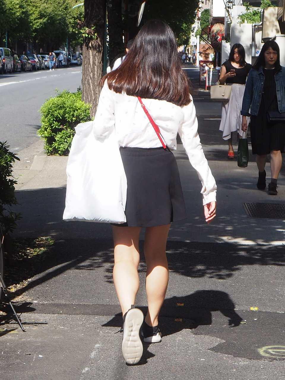 街をさっそうと歩く美脚美女を追いかける!
