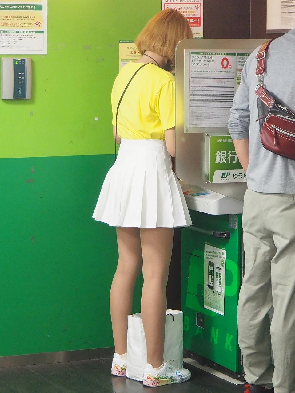銀行のATMにたギャル女性の美脚を撮影!