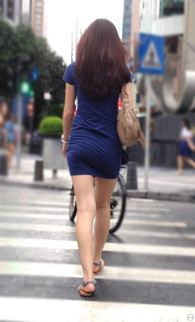 横断歩道を渡ってる美女の美脚に興奮!