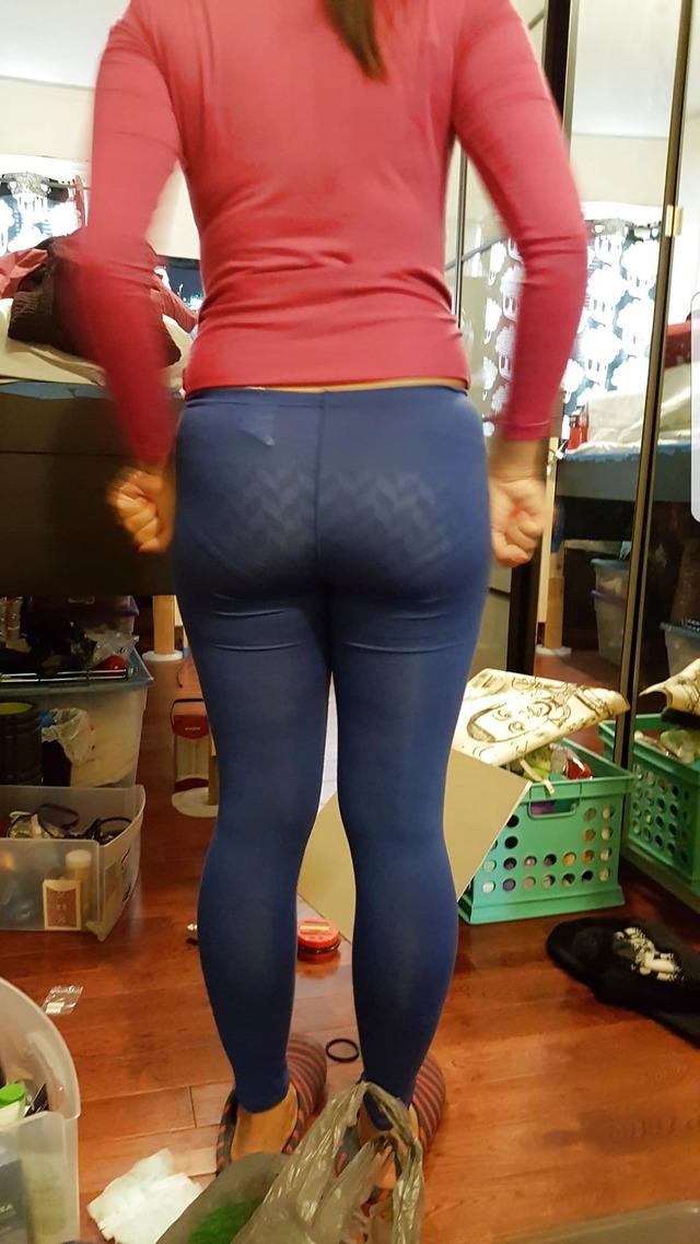 スパッツからパンツが透けて見えてる!