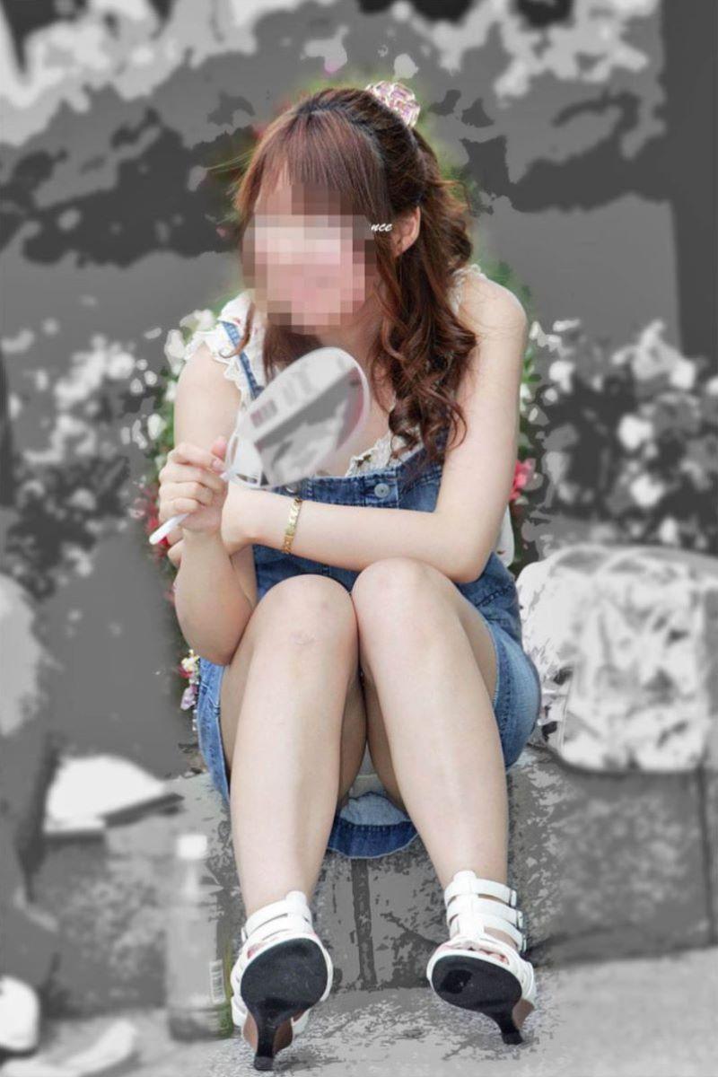 段差に座ってる激カワ女性の白パンツを正面撮り!