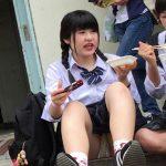 【JKパンチラ盗撮エロ画像】街中で座ってる女子校生がいたらパンツを見逃したら駄目だねwww