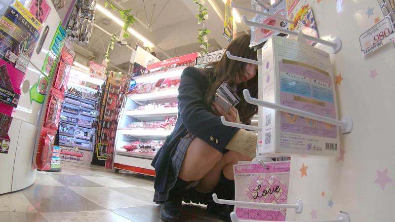買い物中にしゃがんでるJKのパンチラ!