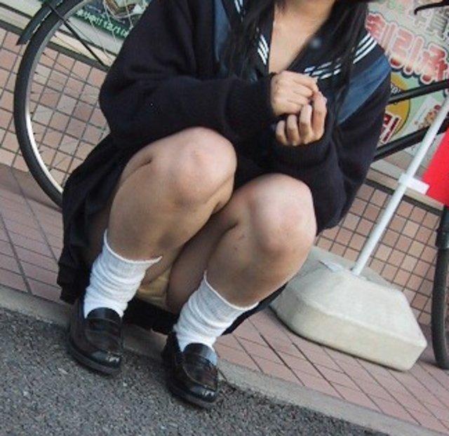 街中でウンコ座りする女子校正のパンチラ!