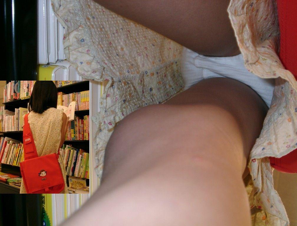 書店で立ち読みする美少女を逆さ撮り!