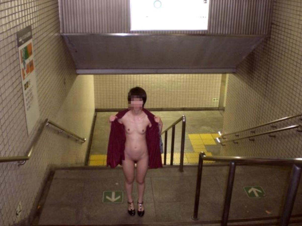 駅構内の階段で野外露出してる細身の変態奥様!