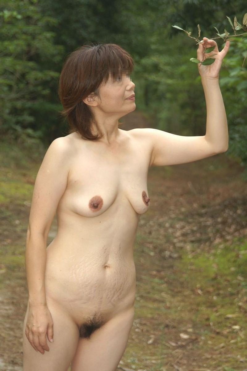 五十路熟女が野外露出してる姿を撮影した!