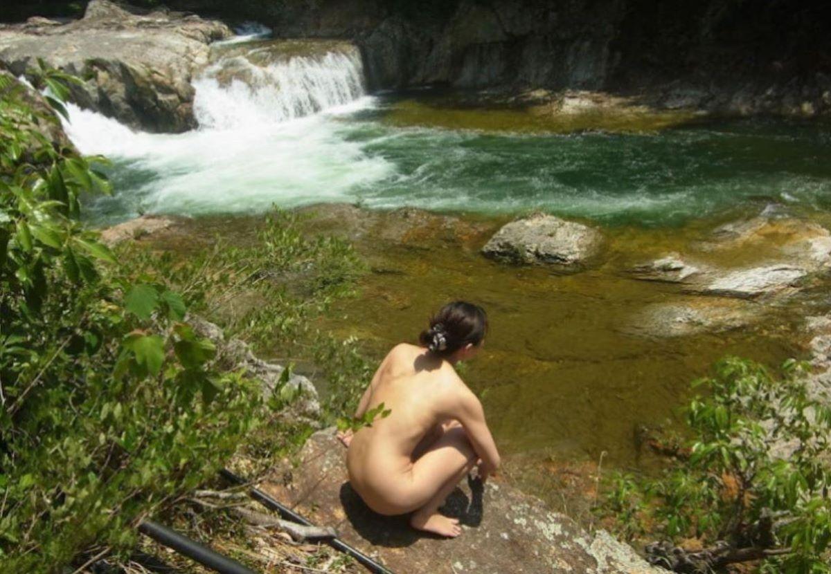 川辺で全裸になって野外露出してる!