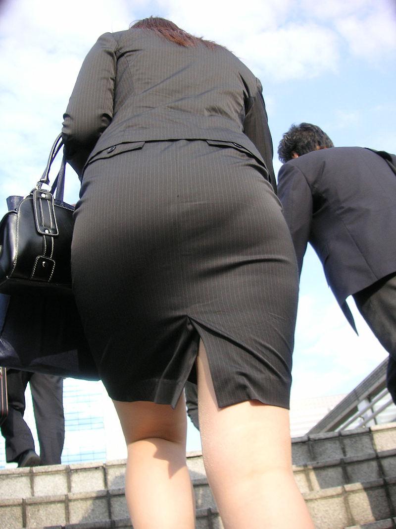 ローアングルからデカイ着衣尻を眺めるぞ!