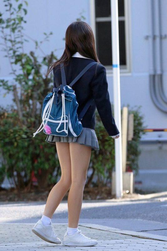 ミニスカートで美脚を見せ付けてるJK!
