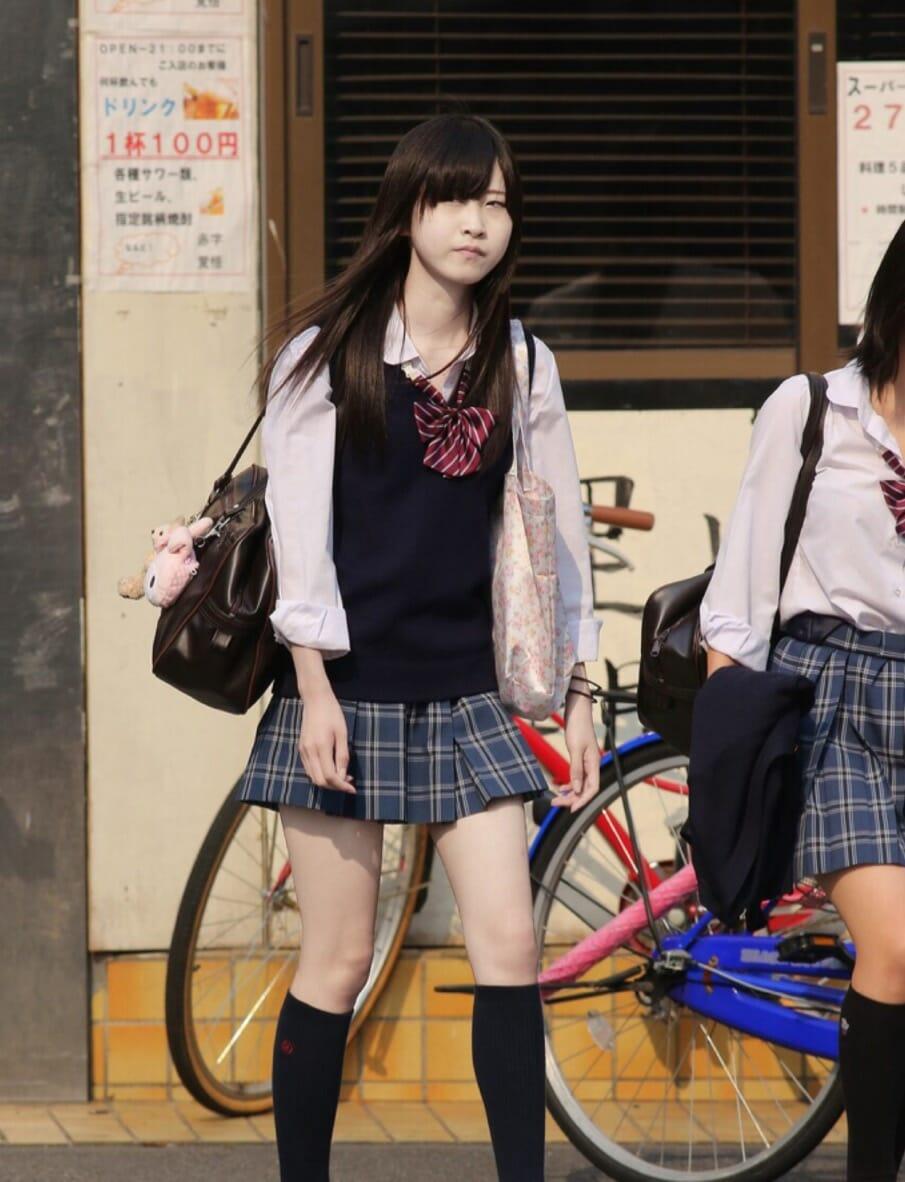 女子校生の若くて細い美脚が眩しい!