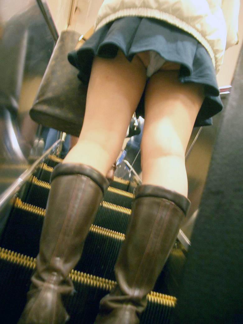 ブーツ女子のスカート内のパンツを逆さ撮り!