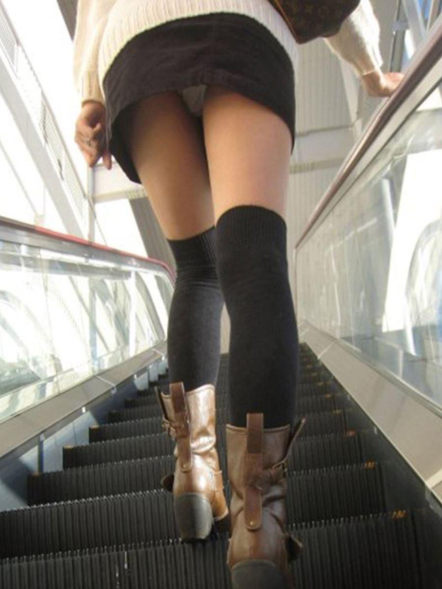 お姉さんの綺麗な足に見惚れちゃう逆さ撮り!