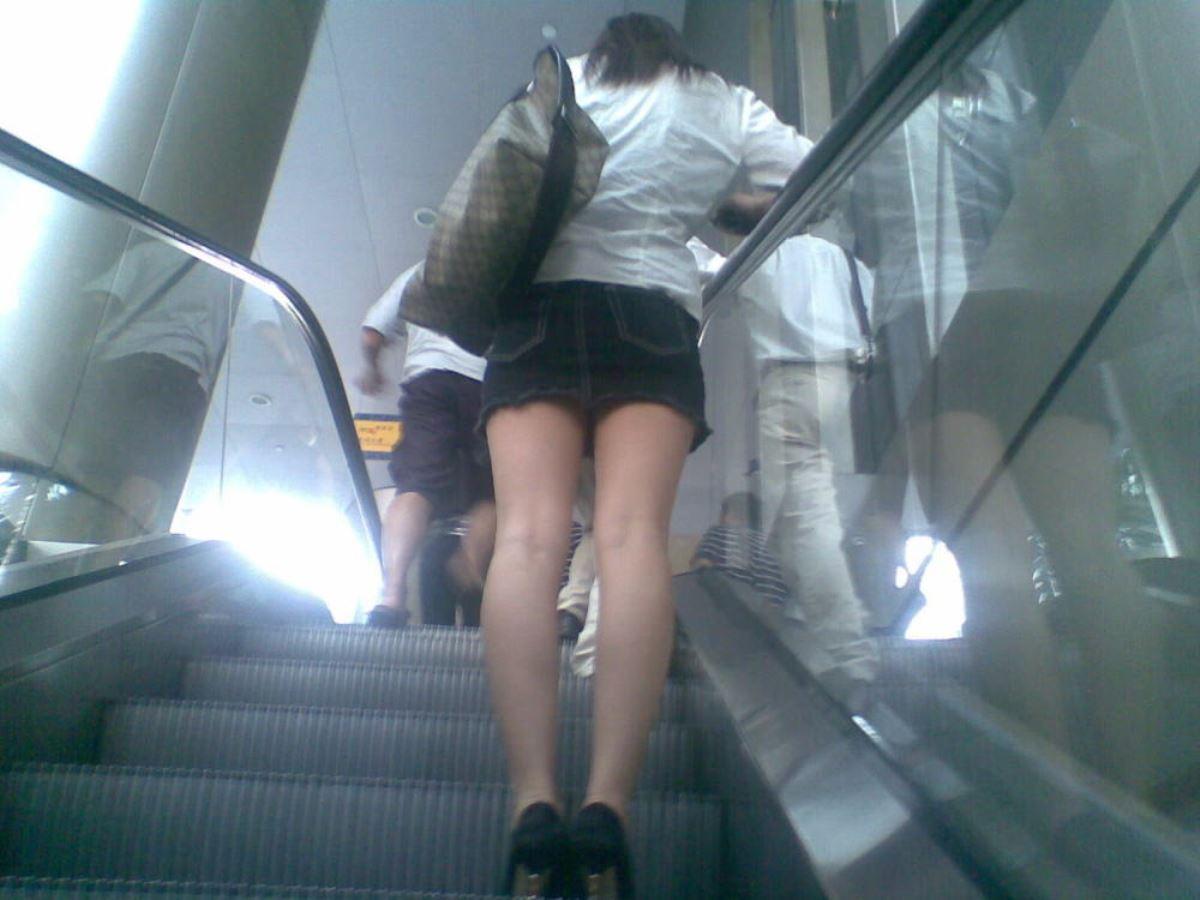 女性を尾行してスカートの中を下着を盗撮!