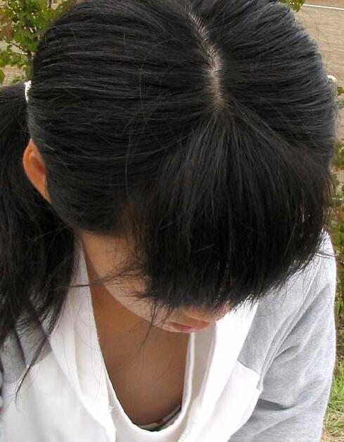 黒髪で清楚な女の子の胸チラ盗撮!