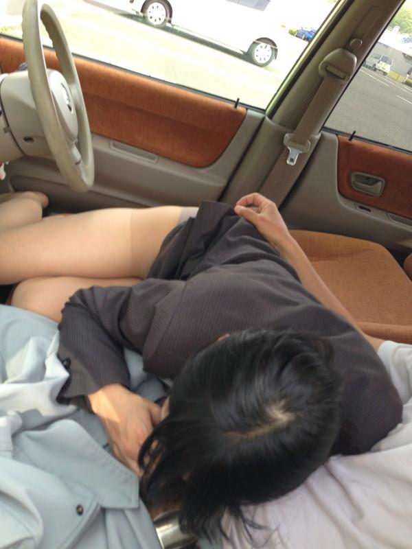 OLお姉さんが車内でチンコをおしゃぶり!