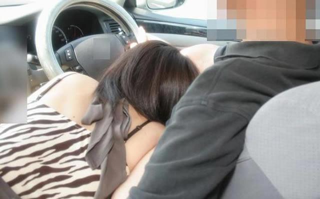 ドライブ中にフェラチオする彼女!