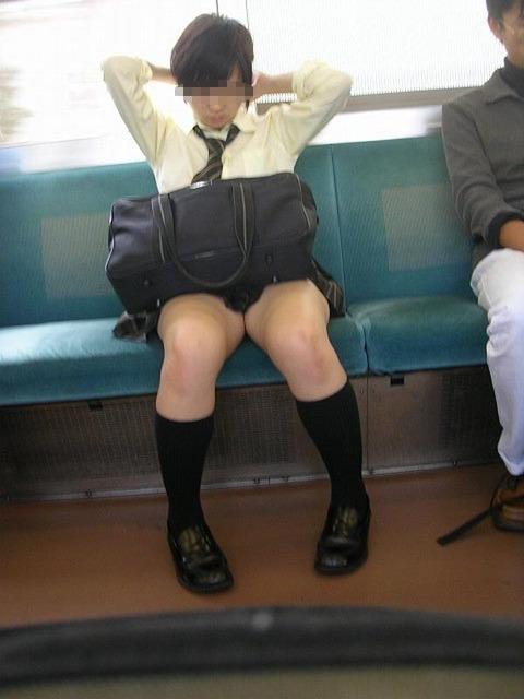 スカート丈が短くて太ももがエロすぎる!
