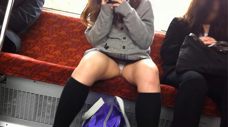 電車の中で大股開きで座るJKを盗撮!