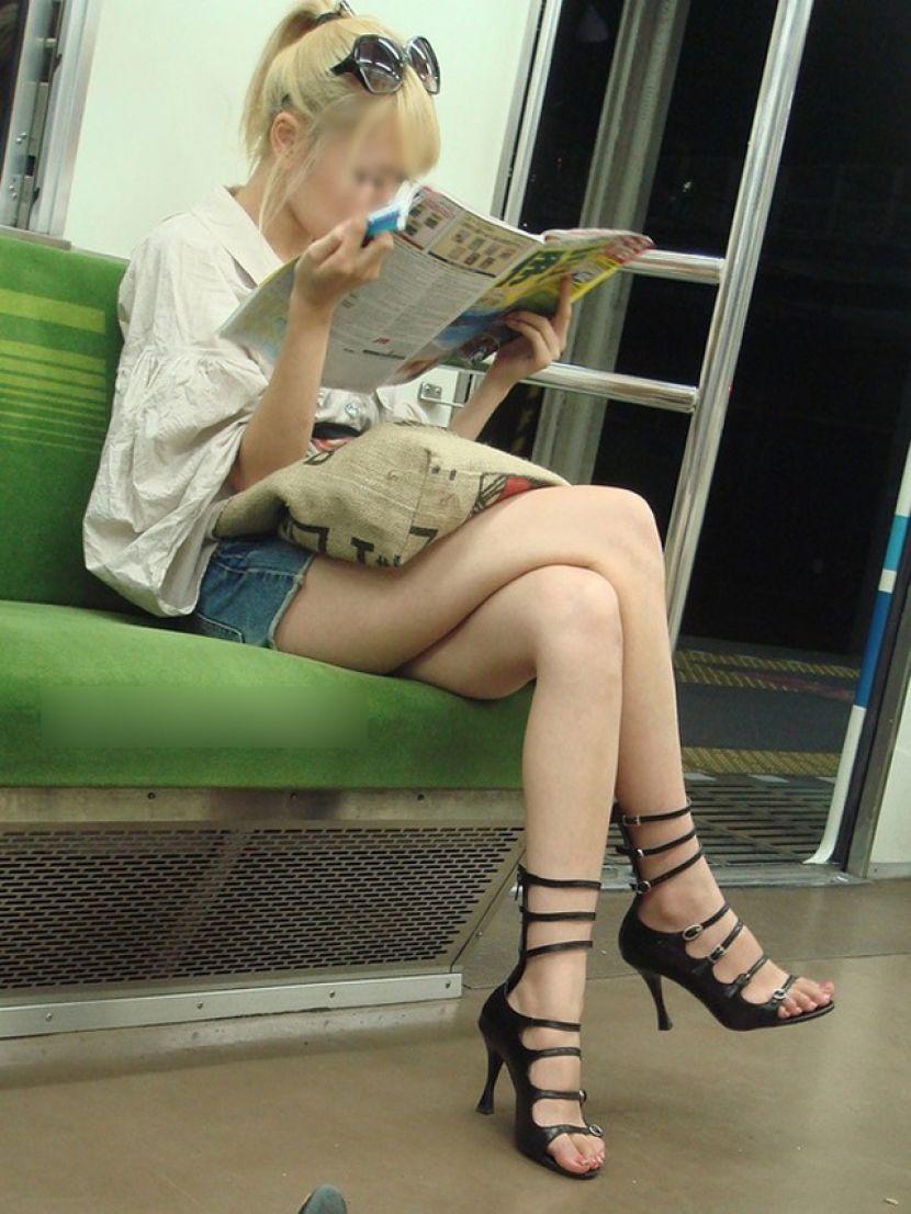 可愛いギャルの生足をこっそり隠し撮り!